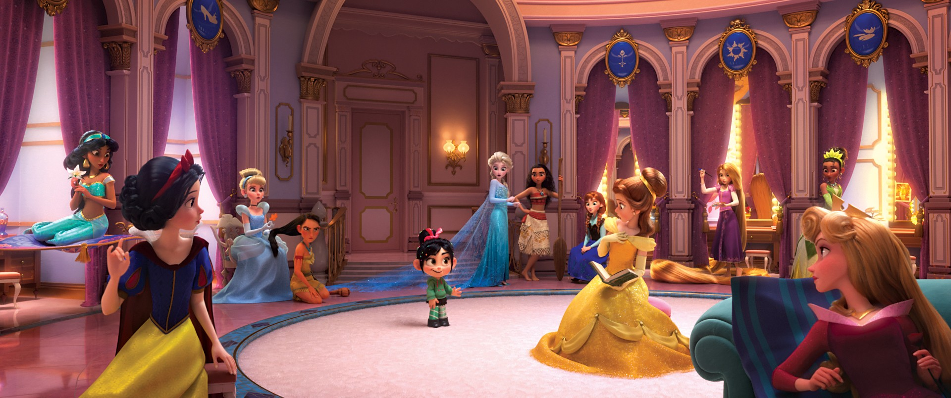 "ROYAL REUNION – In ""Ralph Breaks the Internet: Wreck It Ralph 2,"" Vanellope von Schweetz—along with her best friend Ralph—ventures into the uncharted world of the internet. When she finds herself surrounded by Disney princesses, she's surprised to learn t (Foto: Divulgação)"