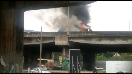 Incêndio em caminhão interdita acesso à ponte Rio-Niterói