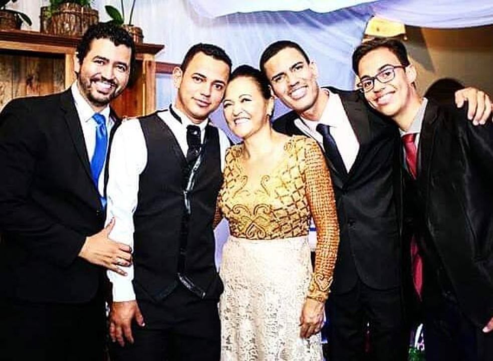 Herisson com os irmãos e a mãe — Foto: Herisson Henrique / Arquivo Pessoal