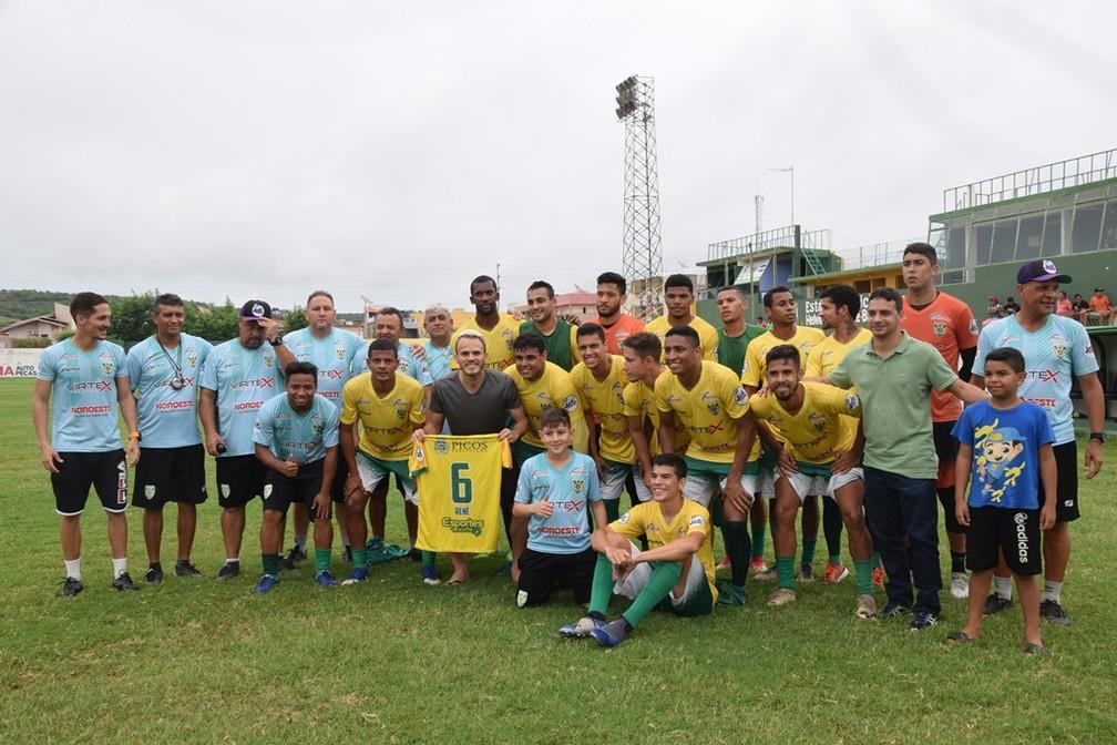 Renê com os jogadores do Picos — Foto: José Maria Barros