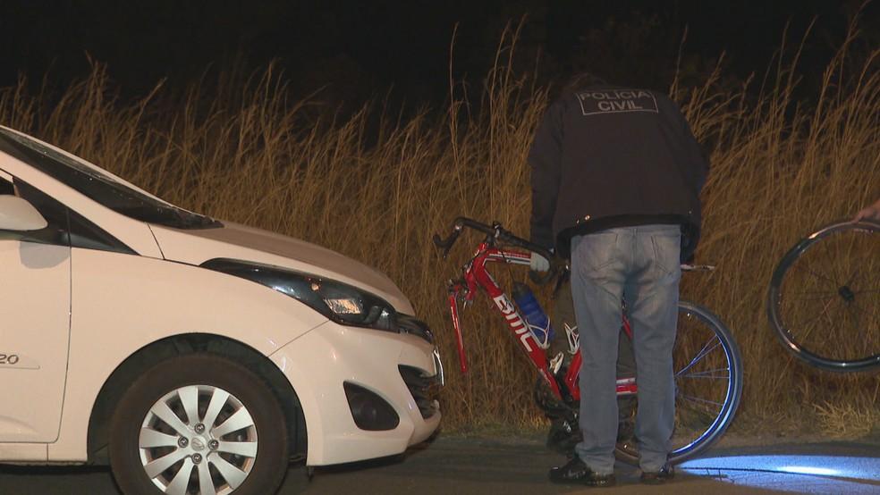 Ciclista morreu após ser atropelado na BR-080 nesta quarta-feira (18) — Foto: TV Globo/Reprodução