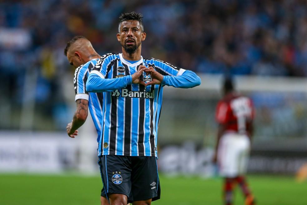 Léo Moura divide a titularidade com o jovem Leonardo — Foto: Lucas Uebel / Grêmio / Divulgação