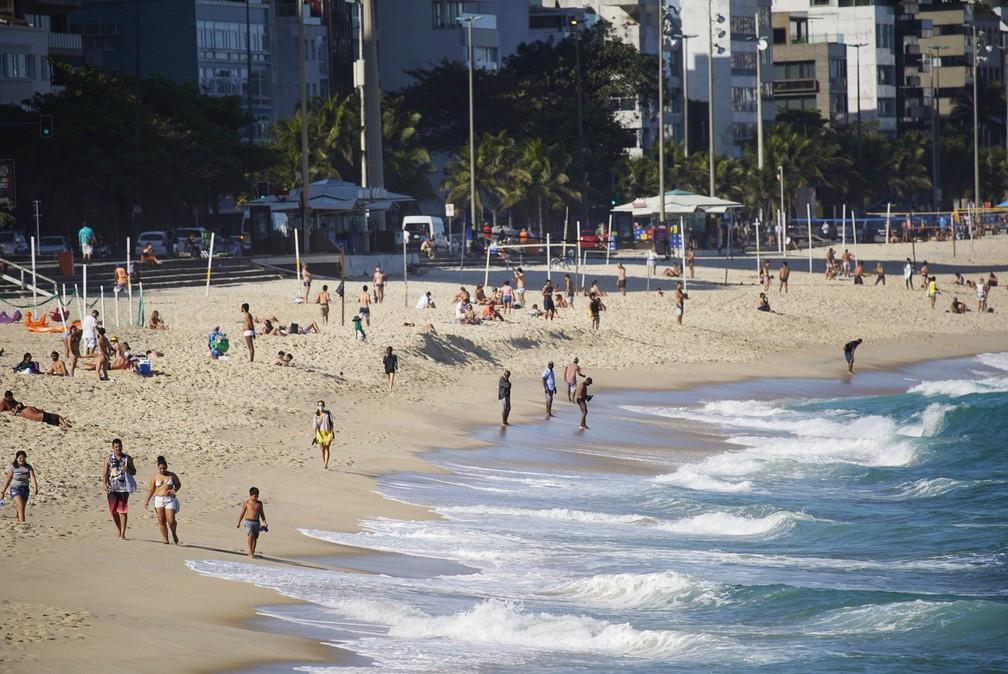 Banhistas permanecem na areia das praias da Zona Sul do Rio, mesmo após a prefeitura proibir a permanência  — Foto: Marcos Serra Lima/G1