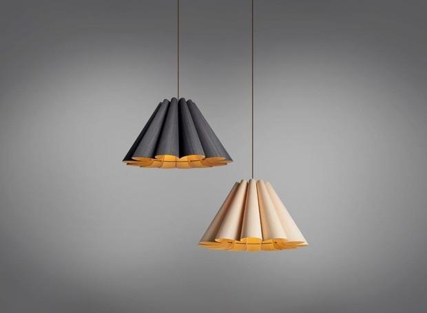 Pendente Lora, com design de Marcelo Dabini e Nadia Corsaro para a Weplight, em laminado de madeira reciclada de R$6.149,00 por R$5.534,00, da Dimlux  (Foto: Divulgação )