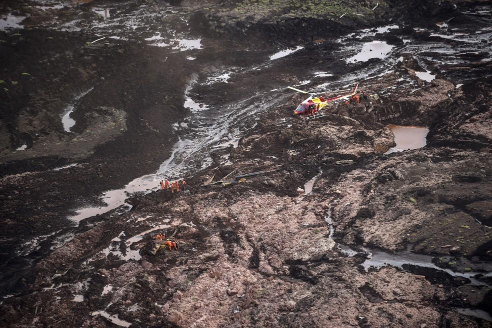 Vista aérea mostra bombeiros trabalhando em lama após rompimento de barragem em Brumadinho — Foto: Douglas Magno/ AFP