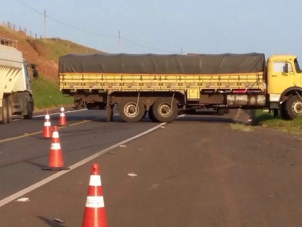 Caminhoneiro não ficou ferido após acidente na rodovia Marechal Rondon, em Botucatu (Foto: Felipe Pugliese/TV TEM)