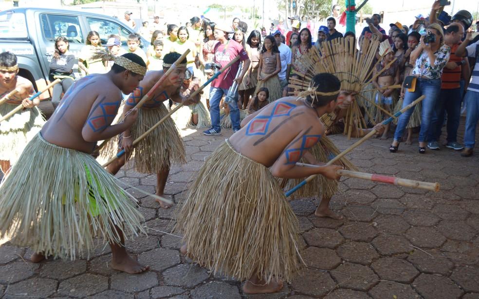 Índios dançam em recepção à Rila, em Nioaque (Foto: Anderson Viegas/ G1 MS)