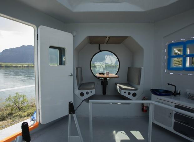Kurt conseguiu otimizar o pouco espaço disponível em sua casa usando móveis pequenos e construindo nichos nas paredes (Foto: Marcus Ricci / Reprodução)