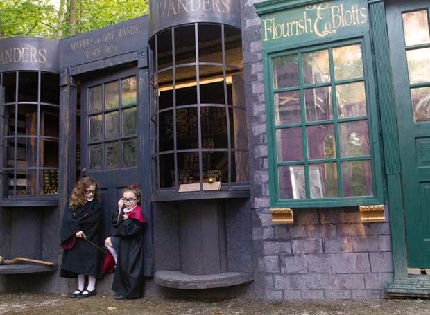 A loja de varinhas, do mago Olivander, é um dos espaços mais concorridos (Foto: Bridget Slack/Reprodução)