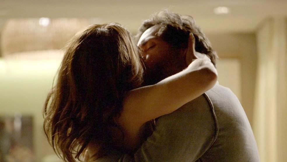 Em 'A Força do Querer', Bibi (Juliana Paes) e Caio (Rodrigo Lombardi) se beijam — Foto: Globo