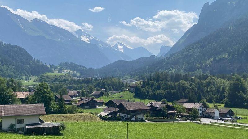 A 'bomba-relógio' que ameaça vilarejo idílico nas montanhas da Suíça thumbnail