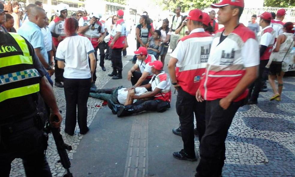 Luiz Carlos Pereira Viana é atendido após ser atingido por bala perdida no Centro do Rio (Foto: Guilherme Pinto/Extra/Agência O Globo)