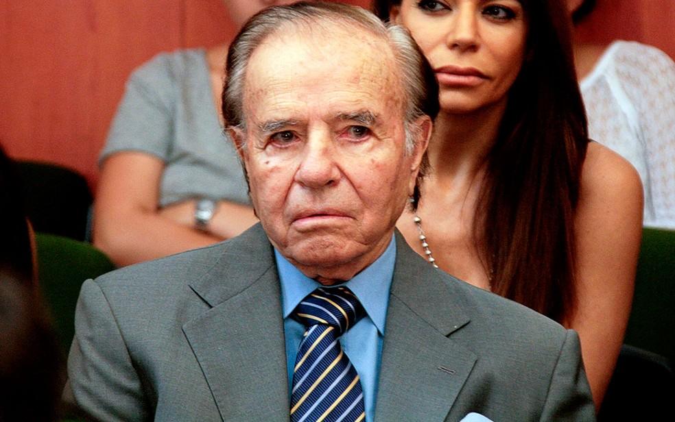 Foto divulgada pelo Centro Argentino de Informação Judicial mostra o ex-presidente Carlos Menem, acompanhado por sua filha Zulema, durante audiência de seu julgamento, em 2 de março, em Buenos Aires (Foto: AFP Photo/CIJ)