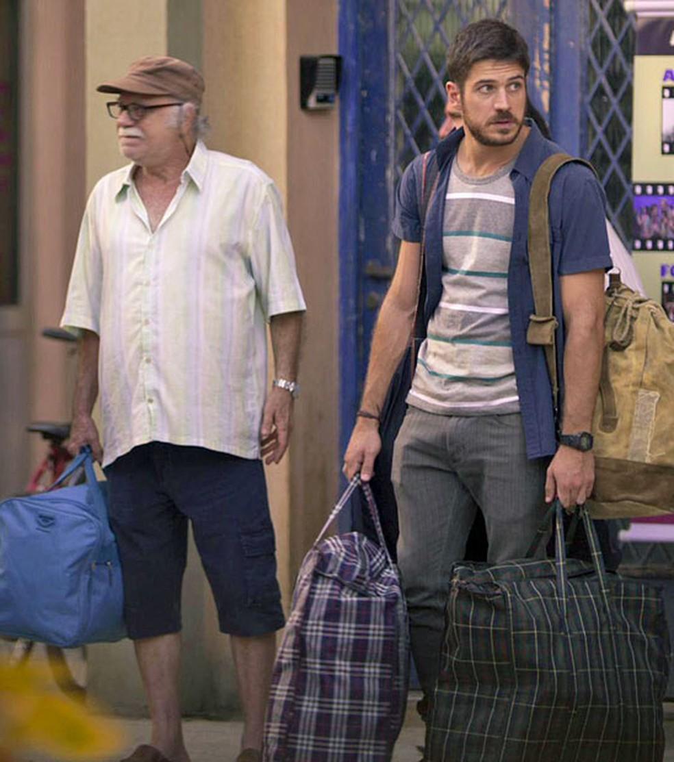 Abel e Zeca fazem as malas e partem — Foto: TV Globo