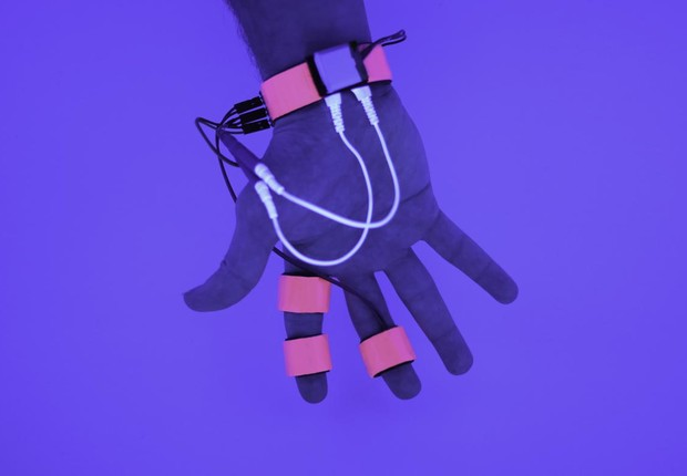 O sistema se chama Dormio, e consiste em uma luva para recolher dados do sono e em um robô que fica ao lado da cama da pessoa (Foto: Divulgação/MIT)