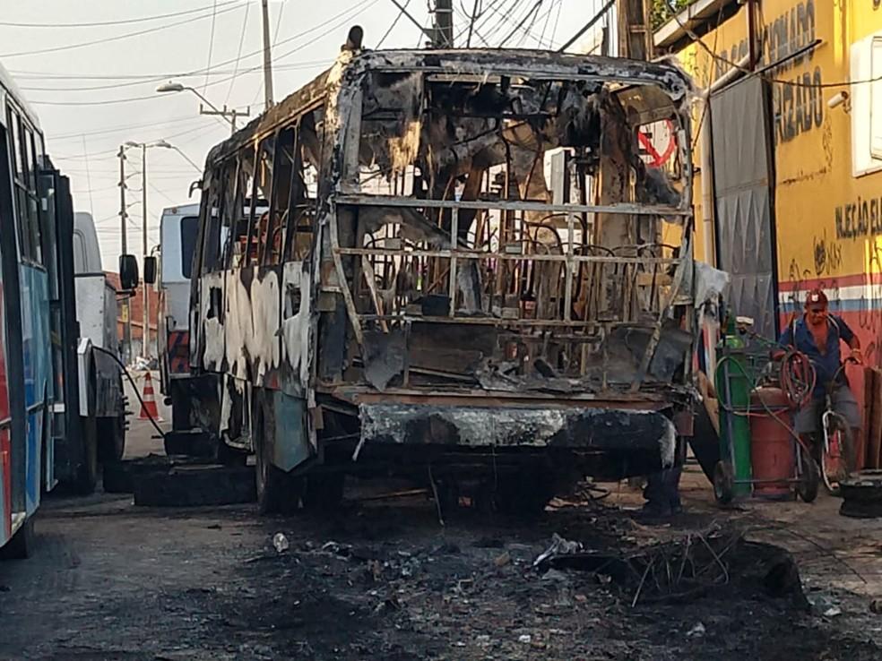 Ônibus foi queimado por criminosos em Fortaleza durante a madrugada desta quinta-feira.  — Foto: Halisson Oliveira