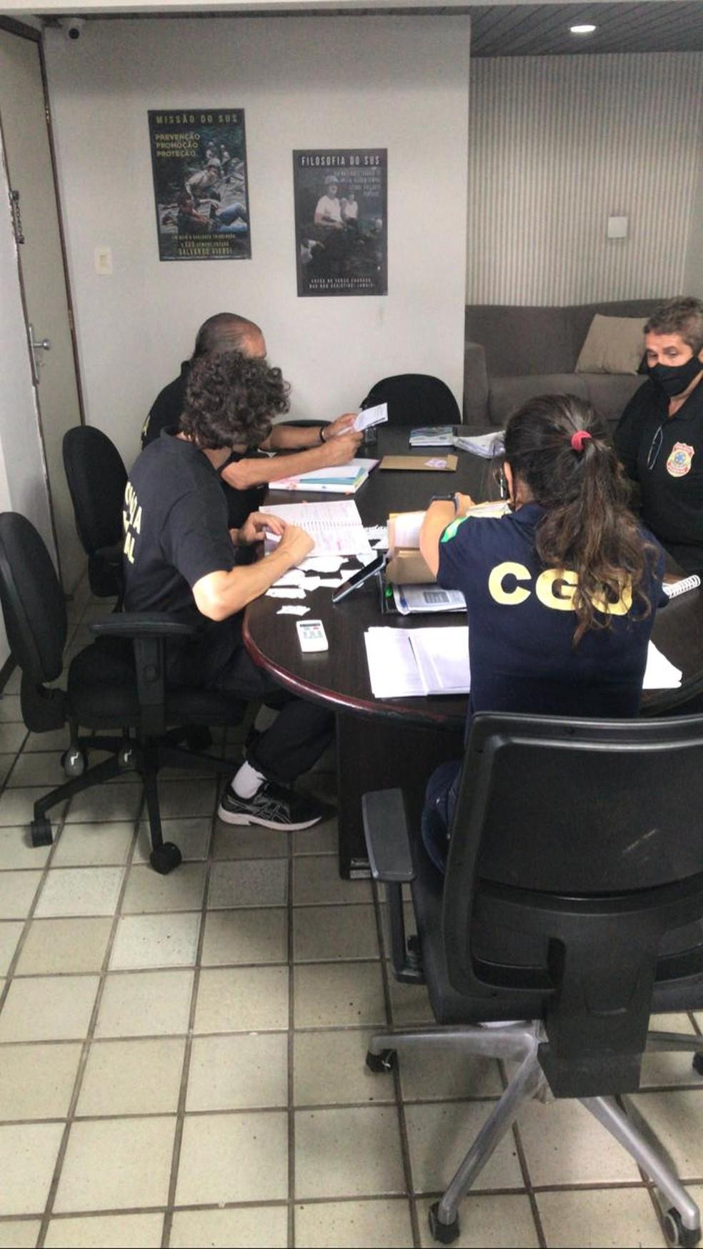 Agentes da PF e CGU analisam documentos na Secretaria Municipal de Saúde de Natal durante operação  — Foto: PF/Divulgação