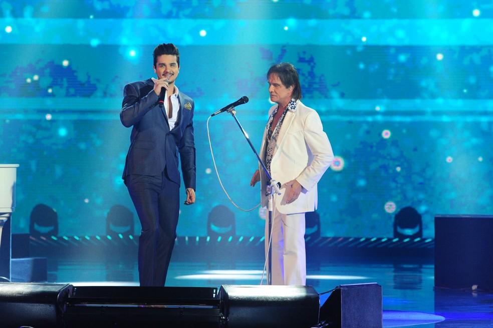 Luan Santana ao lado de Roberto Carlos no especial de fim de ano (Foto: Globo / João Cotta)