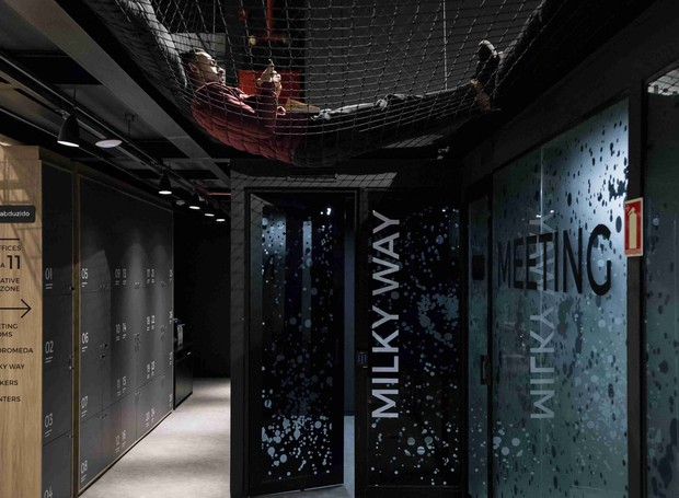 Rede de descanso e leitura da Shop Redes. Esquadrias galácticas da  Aluminalves. (Foto: Marcelo Donadussi/Divulgação)
