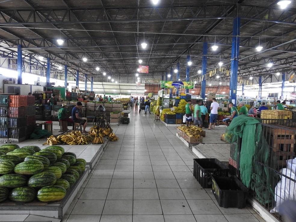 Abastecimento da Feira da Banana com alimentos de outras regiões do país é afetado (Foto: Adneison Severiano/G1 AM)