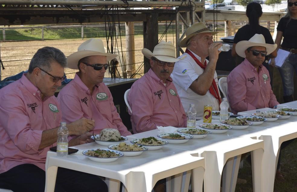 Jurados se responsabilizaram em definir qual das comitivas preparou o melhor arroz carreteiro (Foto: Jeferson Carlos/G1)