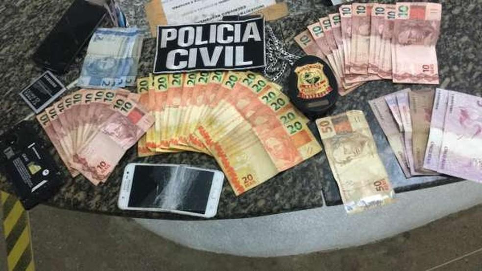 Com o suspeito, a polícia apreendeu mais de R$ 500 em espécie, além de aparelhos celulares — Foto: Reprodução