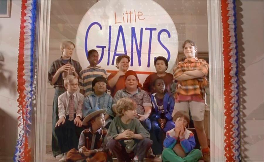 O ex-ator infantil da Disney, Kevin Crane, com o elenco de O Pequeno Grande Time (1994) (Foto: Reprodução)