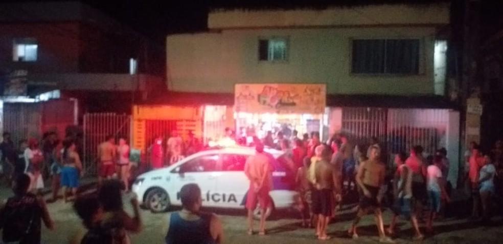 Investida criminosa em loja de conveniência no bairro de Rio Doce, em Olinda, deixou um morto e um ferido — Foto: Reprodução/WhatsApp