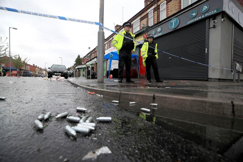 -  Policiais guardam área isolada onde ocorreu o tiroteio após festa de carnaval local na Rodovia Claremont, em Manchester  Foto: Peter Byrne/PA via AP