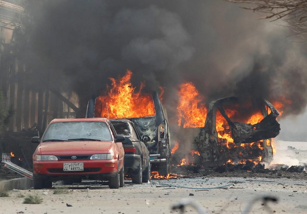 Veículos pegaram fogo durante ataque contra sede de ONG Jalalabad, no Afeganistão, nesta quarta-feira (24)  (Foto: Parwiz/ Reuters)