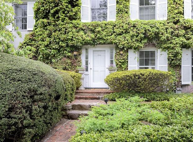 A vegetação cerca a construção, agregando charme e valorizando o verde (Foto: Ellis Sotheby's International Realty/ Reprodução)