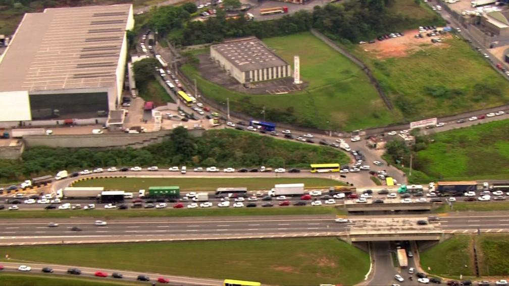 Trânsito na rodovia Ayrton Senna na manhã desta terça-feira (24) — Foto: Reprodução/TV Globo