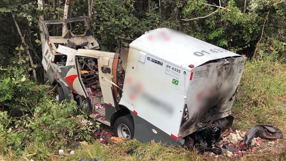 Carro-forte ficou completamente destruído após ataque na manhã desta segunda na BR-230 em Cruz do Espírito Santo (Foto: Walter Paparazzo/G1)