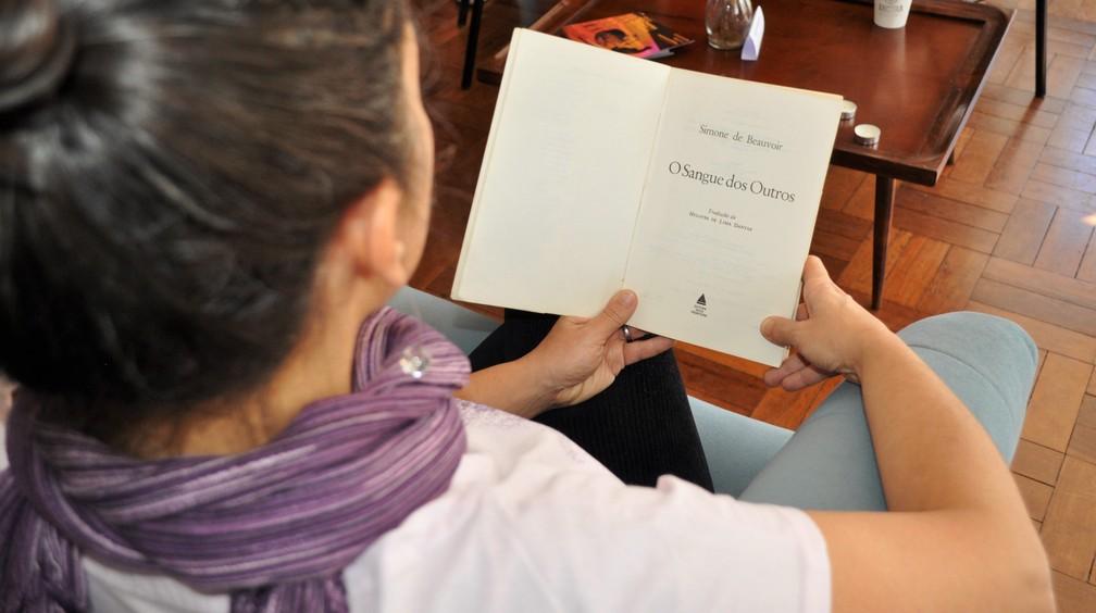 Leila é fundadora da Associação Casa da Árvore que desenvolve projetos de lieteratura  (Foto: Camilla Resende/G1)