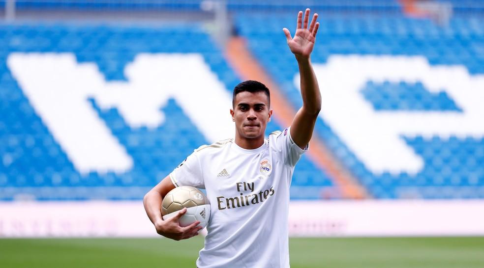 Reinier saúda torcida no gramado do Bernabéu — Foto: Reuters