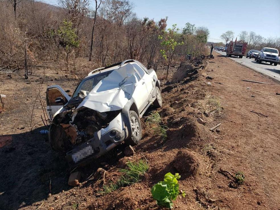 Batida entre caminhão e carro na BR-135 deixa mortos e feridos no oeste da Bahia; veículo ficou destruído  — Foto: Blog do Braga