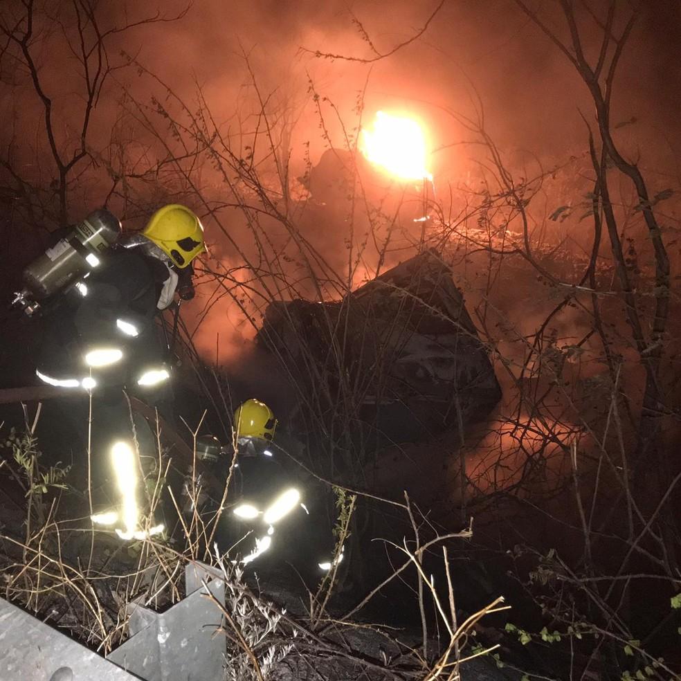Caminhoneiro foi arremessado e morreu carbonizado em acidente na BR-222, em Piripiri — Foto: Divulgação/Corpo de Bombeiros