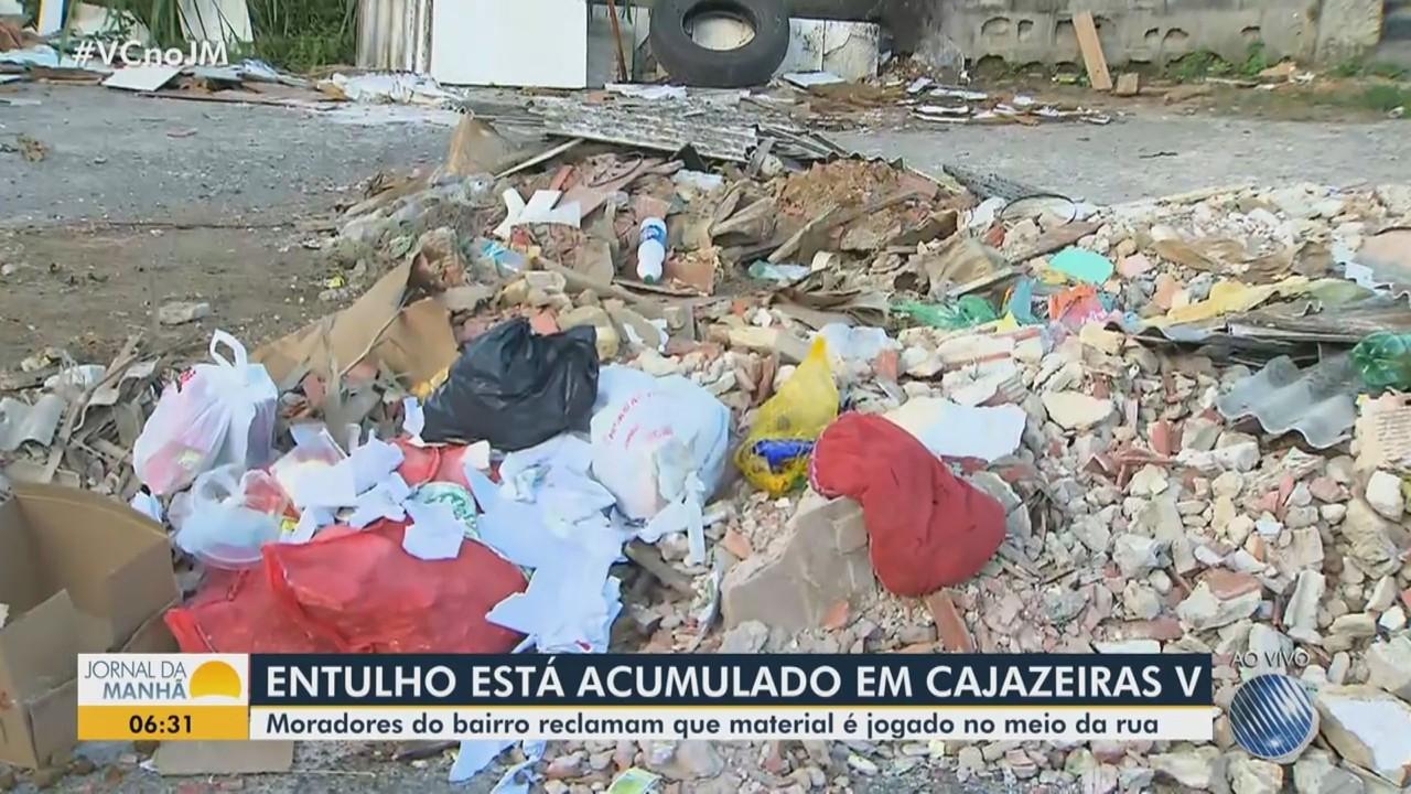 Moradores reclamam do acúmulo de lixo e entulho em rua de Cajazeiras V, em Salvador