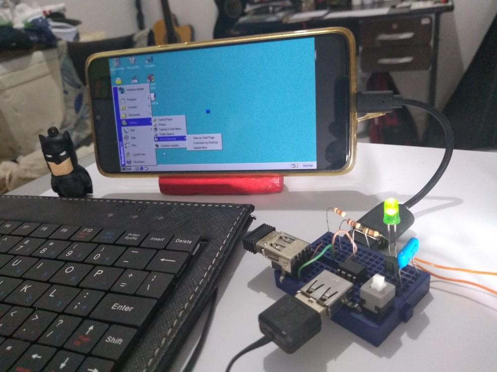 Computador criado por professor no Ceará pode ser transportado no bolso, mas precisa de uma tela para ter acesso ao sistema operacional.  — Foto: Reprodução/Arquivo Pessoal