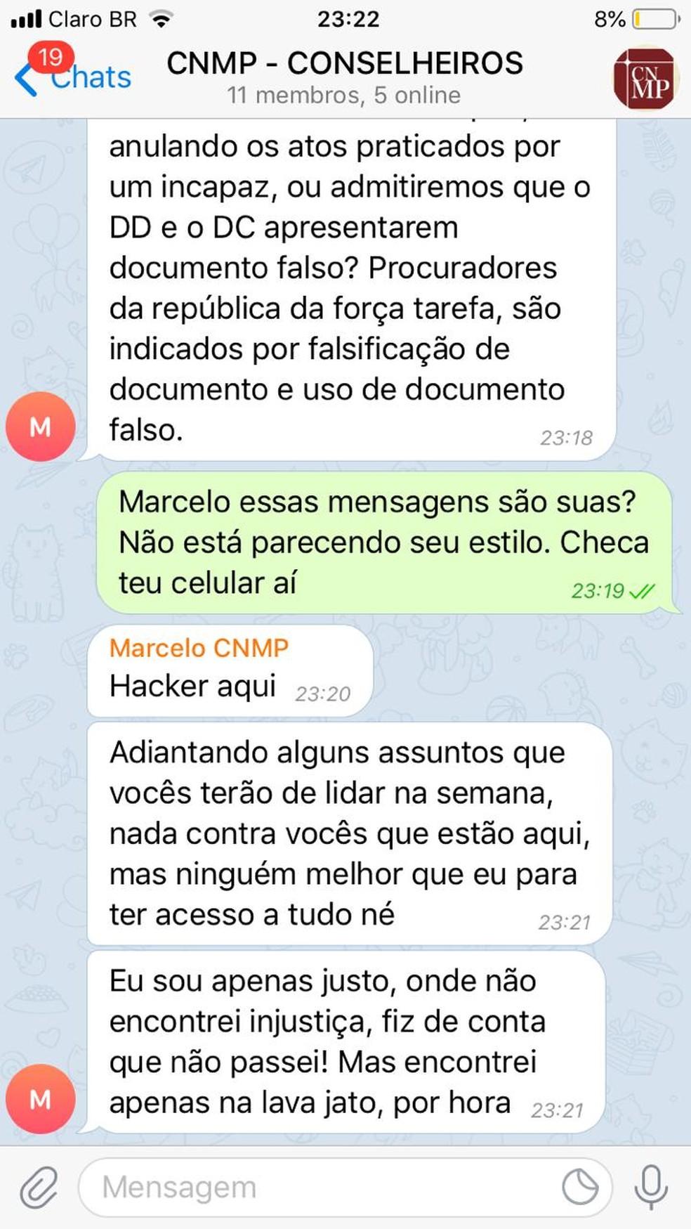 Reprodução de troca de mensagens de hacker com procurador — Foto: Reprodução
