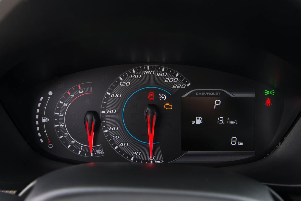 Quadro de instrumentos da Chevrolet Spin ficou idêntico ao do Tracker — Foto: Divulgação