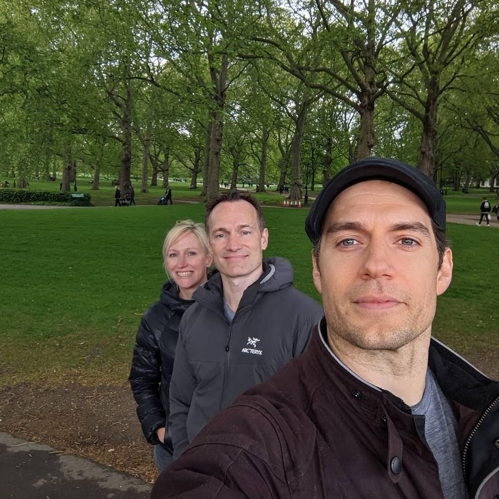 Henry Cavill ao lado dos pais de Thomas, seu irmão Niki e sua cunhada Charlotte — Foto: Reprodução/Instagram