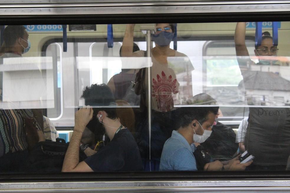 Movimentação de passageiros usando máscaras contra Covid-19 na Linha 1-Azul do metrô de São Paulo (SP), na quinta-feira (14).  — Foto: WILLIAN MOREIRA/FUTURA PRESS/ESTADÃO CONTEÚDO