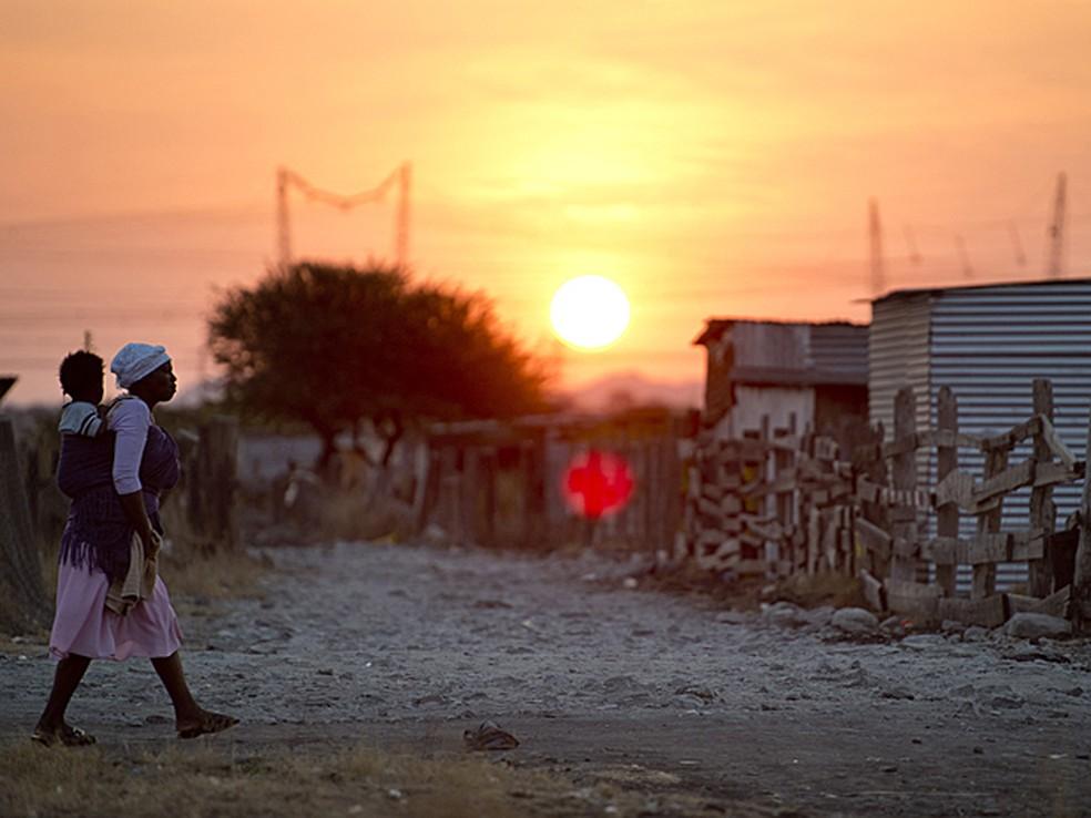 Favela da cidade de Nkaneng, na África do Sul, em imagem de julho (Foto: Odd Andersen/AFP)