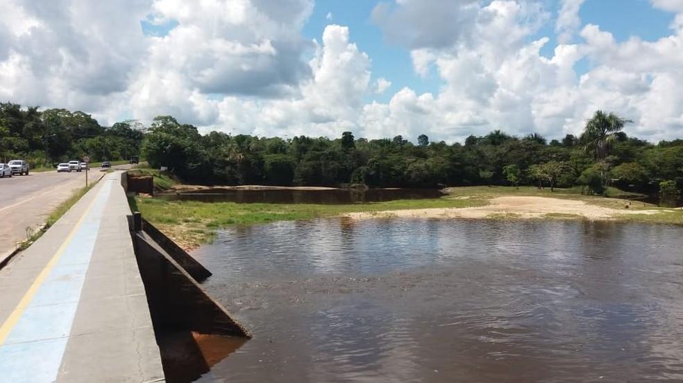 Os investimentos na infraestrutura do balneário tiveram início com a construção de um muro de contenção da barragem e calçadas — Foto: Mazinho Rogério/G1