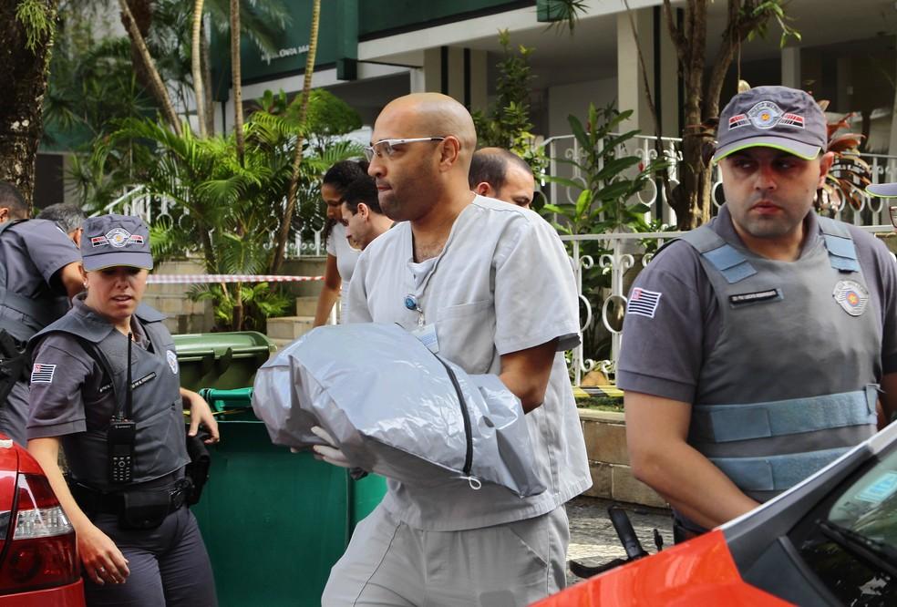 Corpo de menina recém nascida foi encontrado em um saco, dentro de lata de lixo, em Santos, SP (Foto: Nirley Sena/A Tribuna Santos)