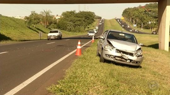 Engavetamento atrapalha trânsito na rodovia Washington Luís em Rio Preto