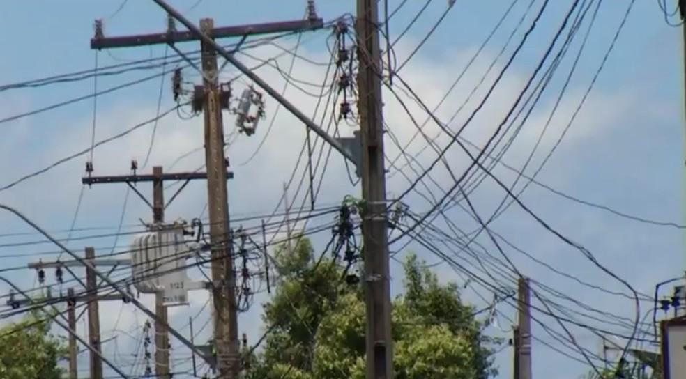 Moradores que fazem ligações de energia irregulares podem ser autuados — Foto: Reprodução/TV Anhanguera