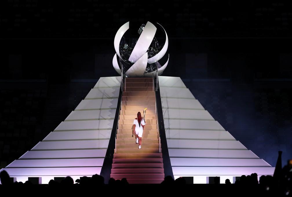 Naomi Osaka caminha para acender a pira olímpica durante a cerimônia de abertura dos Jogos Olímpicos de Tóquio, no Japão  — Foto: Stefan Wermuth/Reuters