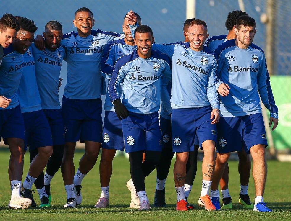 Everton feliz da vida com os companheiros em treino — Foto: Lucas Uebel/Grêmio